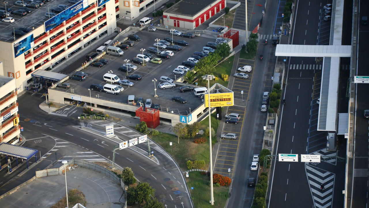 Overhead shot of the entrance road to Leonardo da Vinci airport, with Multilevel-Comfort car parks.